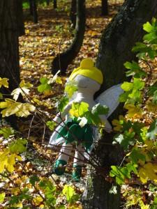 fée bricoleuse clochette Lottie assise feuilles cachée 2