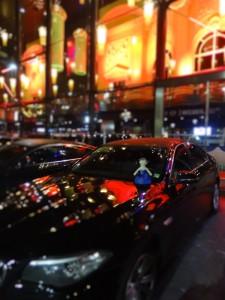Lottie arrive au Casino en voiture
