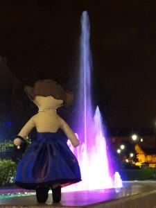 Lottie de dos devant la fontaine