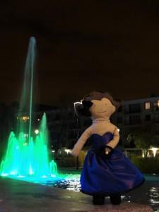 Lottie danse devant la fontaine !
