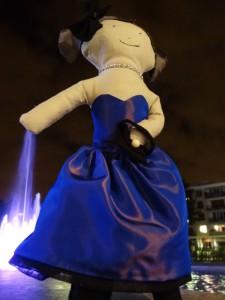 Lottie contre-plongee devant la fontaine