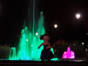 La poupée Lottie devant la fontaine