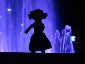 Zoom de la poupée devant la fontaine en ombres chinoise