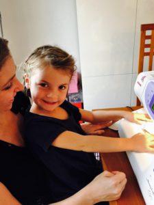 Anniversaire Juliette petite soeur sourire et la machine a coudre